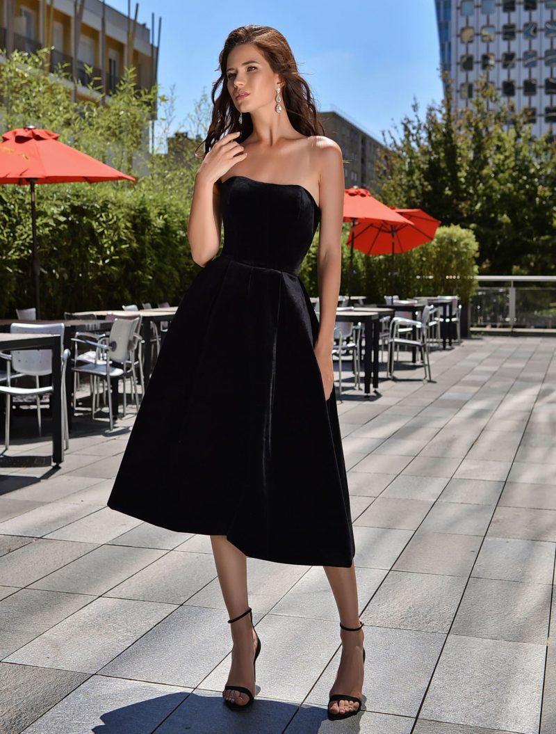 Лаконичное коктейльное платье из черного бархата