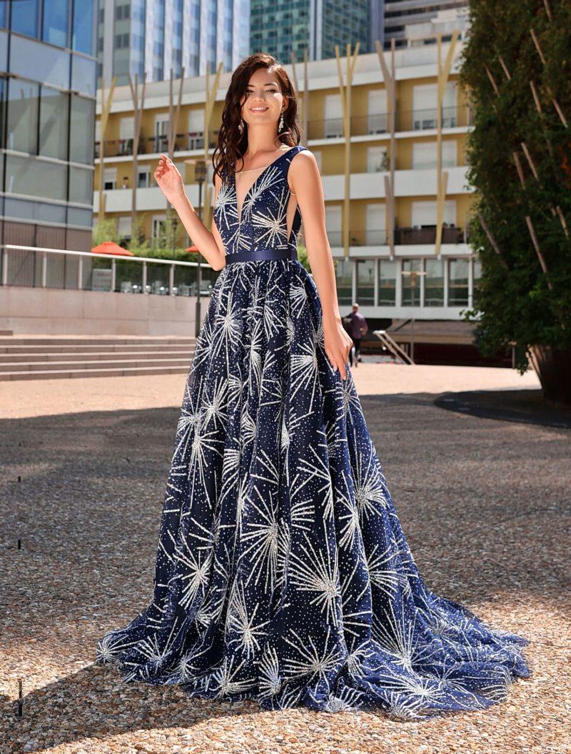 Длинное вечернее платье темно-синего цвета