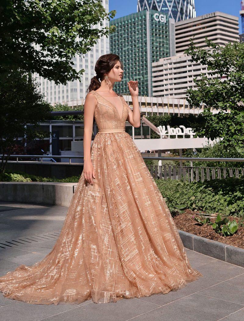 Нежное вечернее платье теплого бежевого оттенка