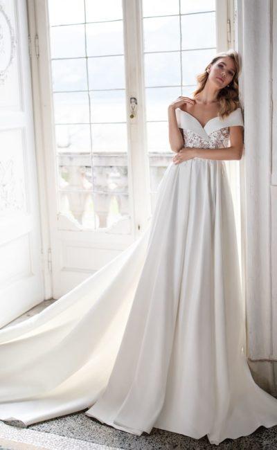платье с юбкой из атласа