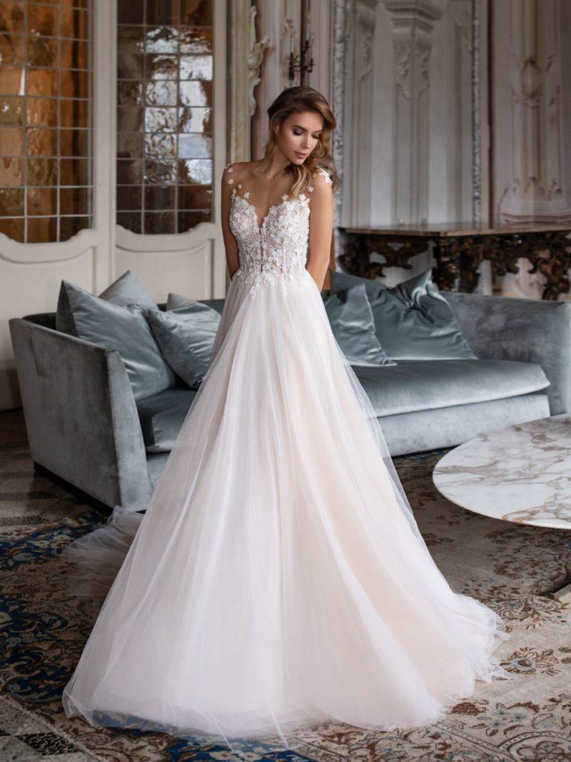 Пышное свадебное платье пудрового цвета со шлейфом