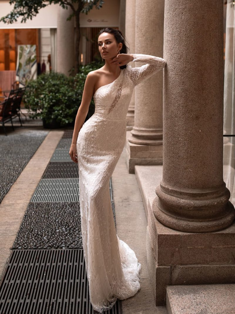 Асимметричное свадебное платье силуэта «русалка»