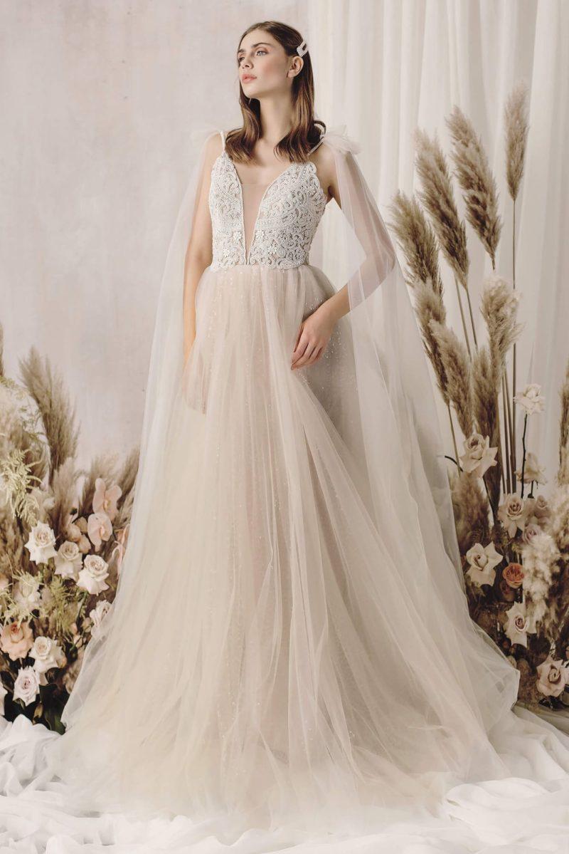 Свадебное платье пудрового оттенка с пышной юбкой из фатина