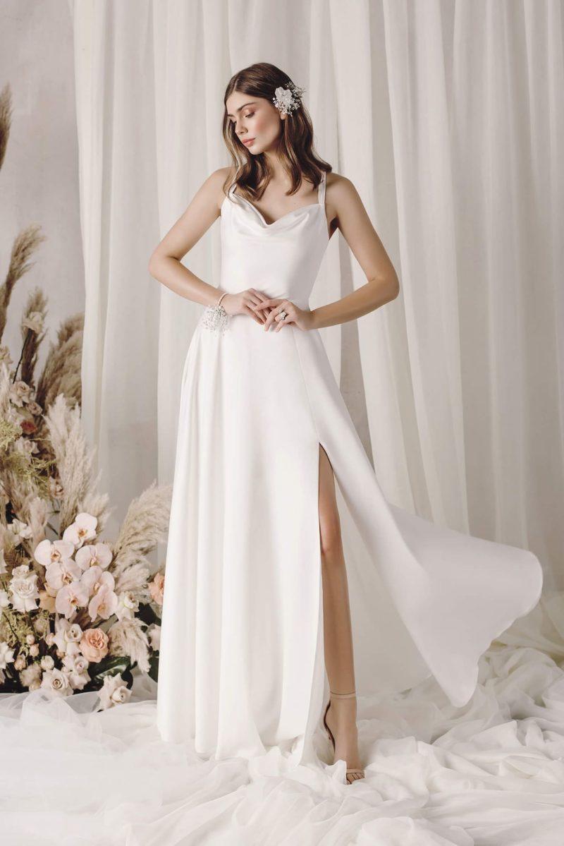 Лаконичное свадебное платье из атласа