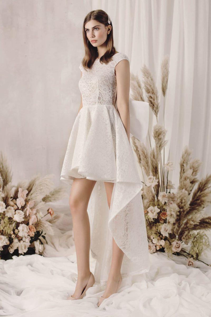 Асимметричное свадебное платье из гипюра