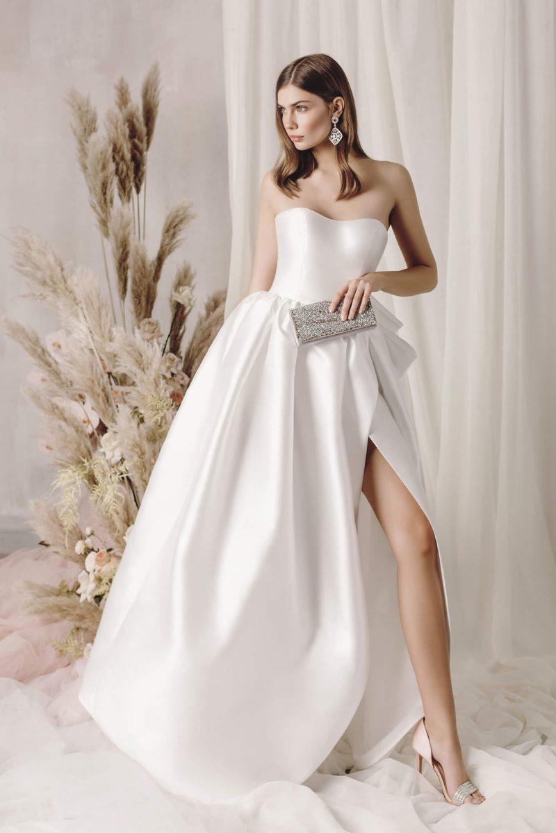 Изысканное свадебное платье-бюстье из атласа