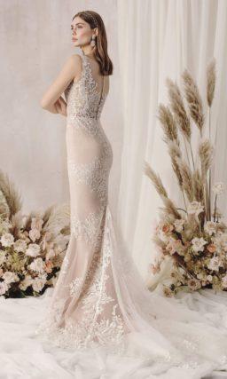 Пудровое платье силуэта «рыбка»