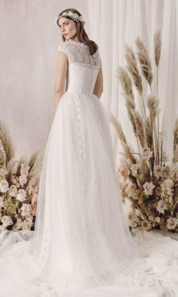 Закрытое свадебное платье с воздушной юбкой