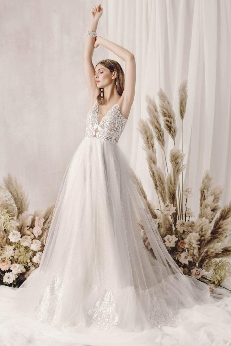 Летнее свадебное платье цвета айвори с пышной юбкой