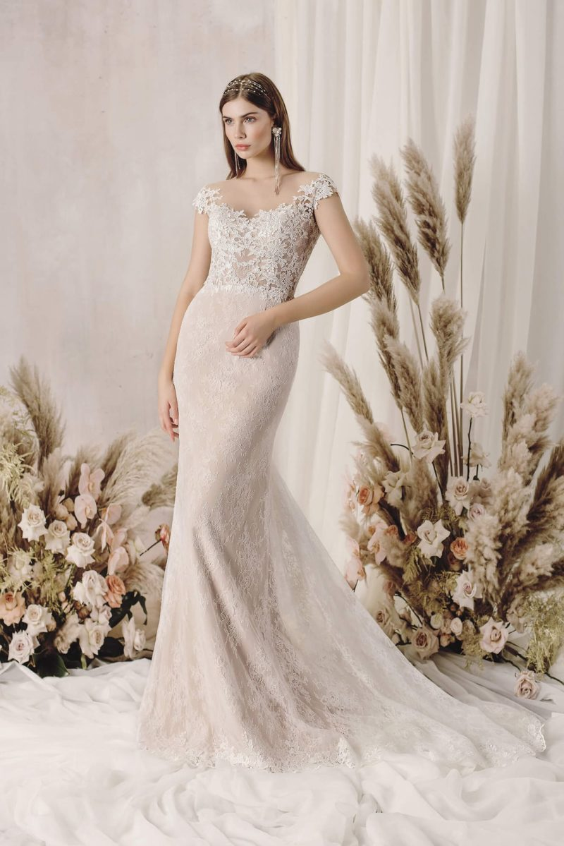 Свадебное платье силуэта «русалка» из пудрового гипюра