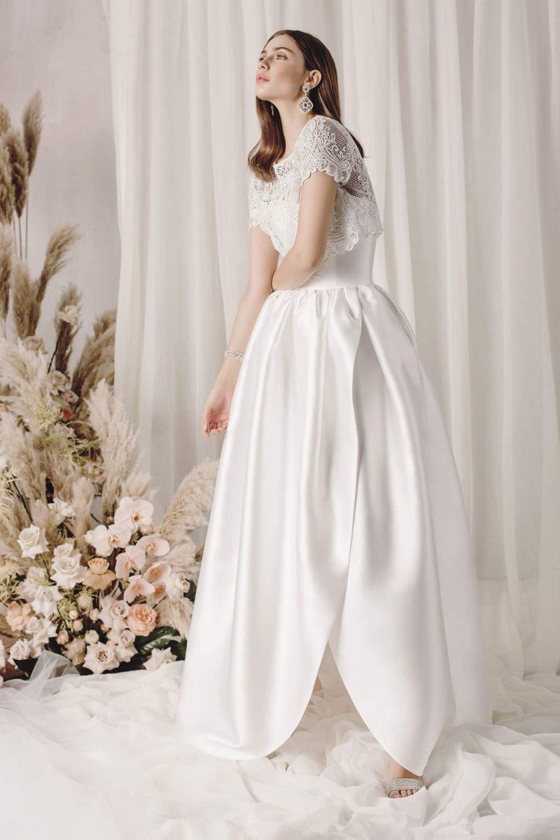 Пышное атласное свадебное платье с ажурным болеро