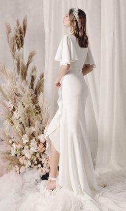 Атласное свадебное платье с асимметричной юбкой