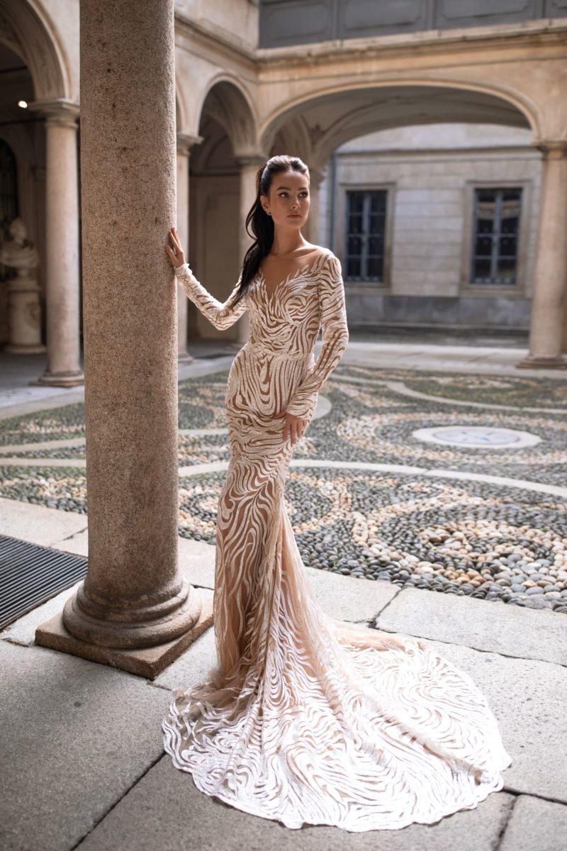 Нюдовое свадебное платье силуэта «русалка» с рукавами