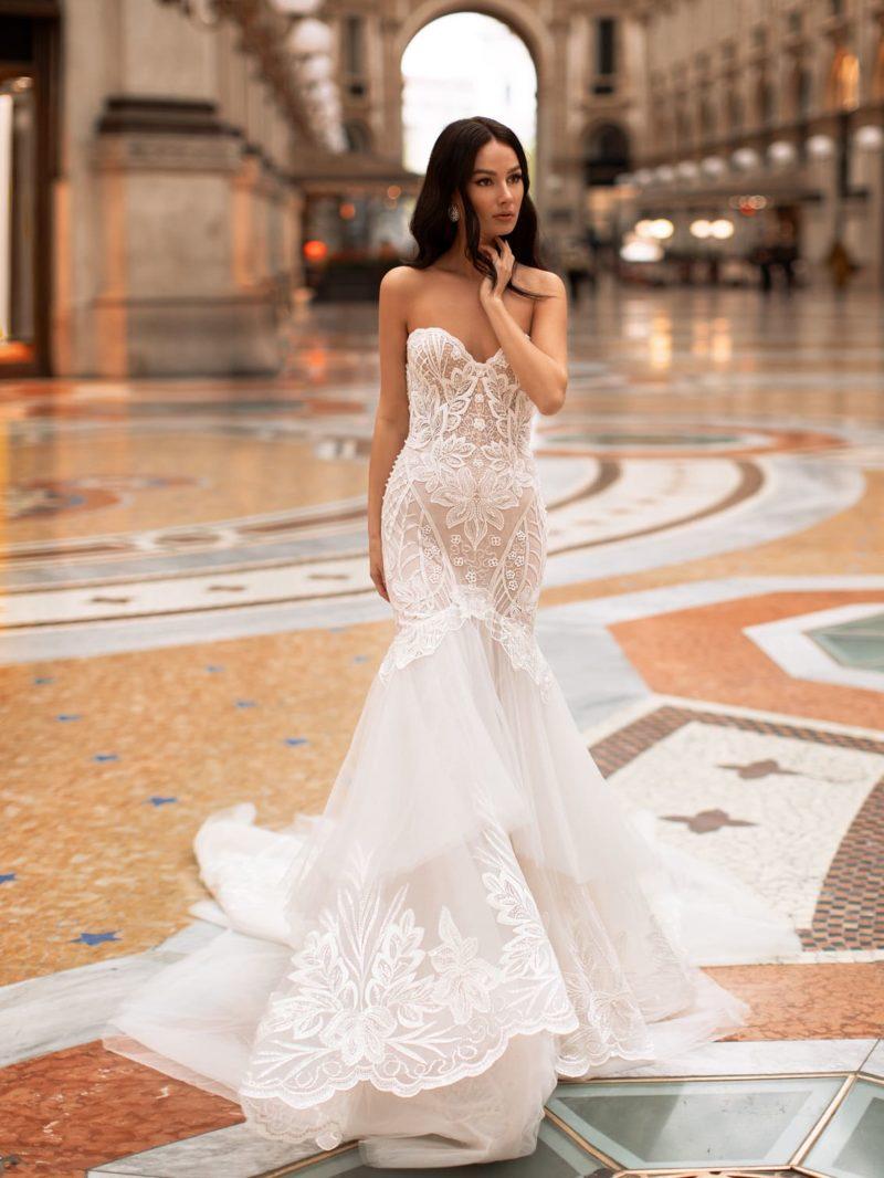 Свадебное платье-рыбка со шлейфом и изысканной вышивкой