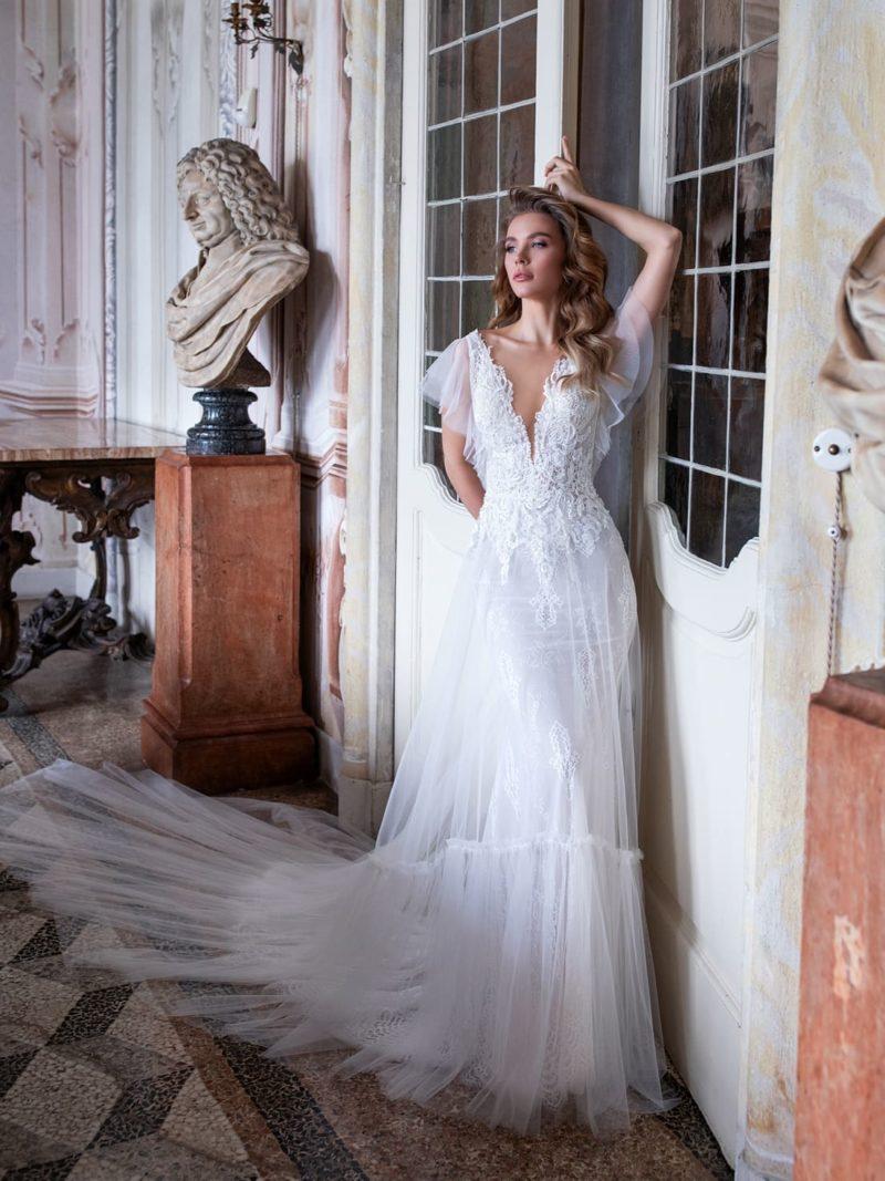 Изящное свадебное платье приталенного кроя