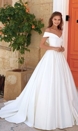 свадебное платье из атласа ванильного оттенка