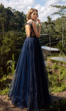 Пышное платье темно-синего оттенка