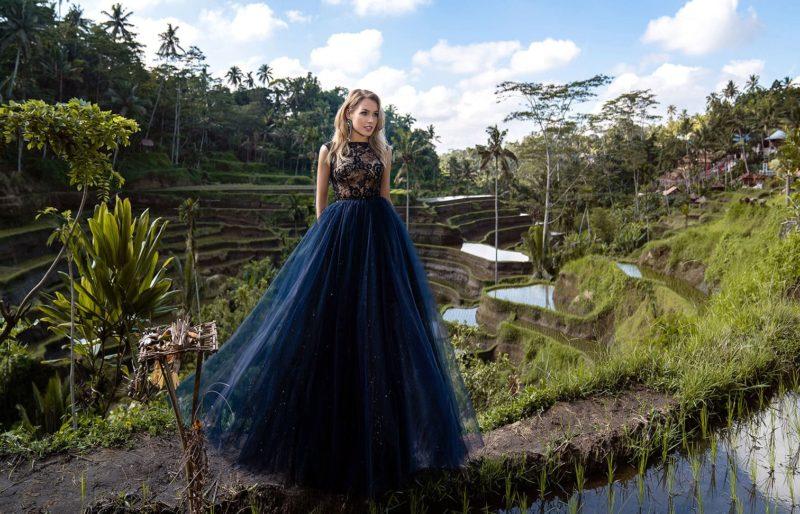 Пышное вечернее платье глубокого темно-синего оттенка