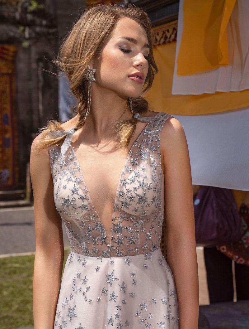 Длинное приталенное вечернее платье с небольшим шлейфом