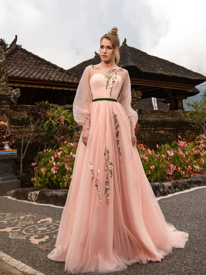 Длинное вечернее платье пастельного розового цвета