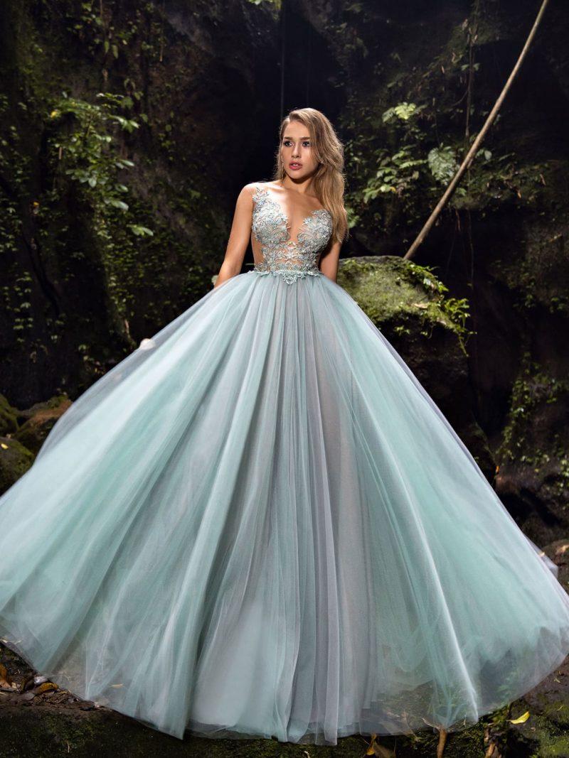 платье с длинной юбкой голубого оттенка