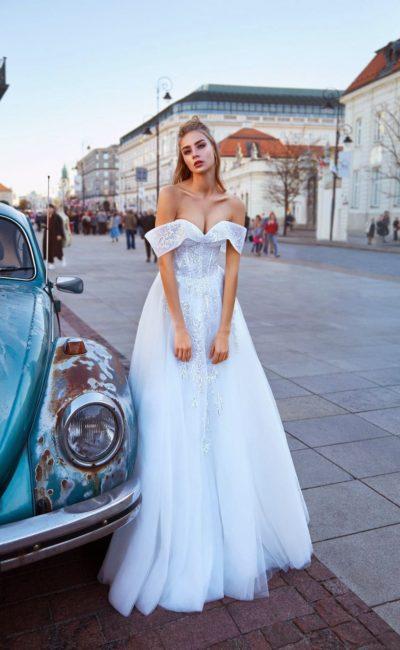 Белое свадебное платье с многослойной юбкой