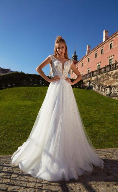 Свадебное платье с пышной фатиновой юбкой