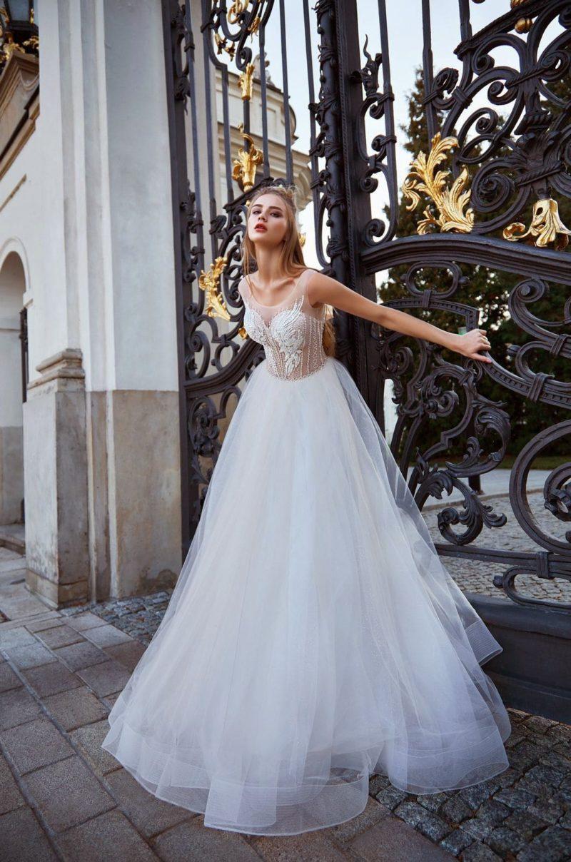 Пышное свадебное платье цвета айвори с корсетом