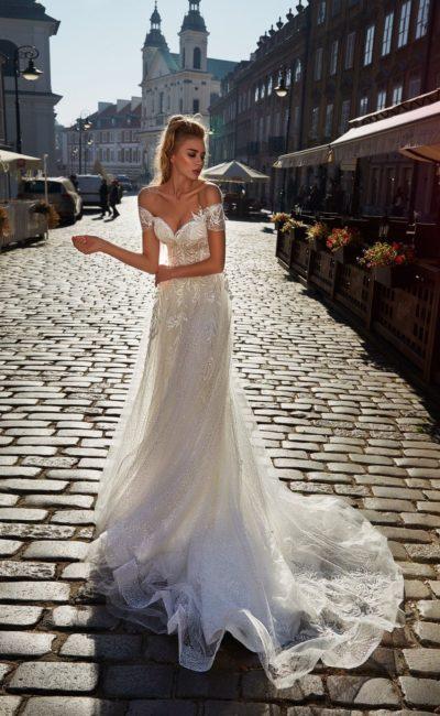 Приталенное свадебное платье со струящейся шифоновой юбкой