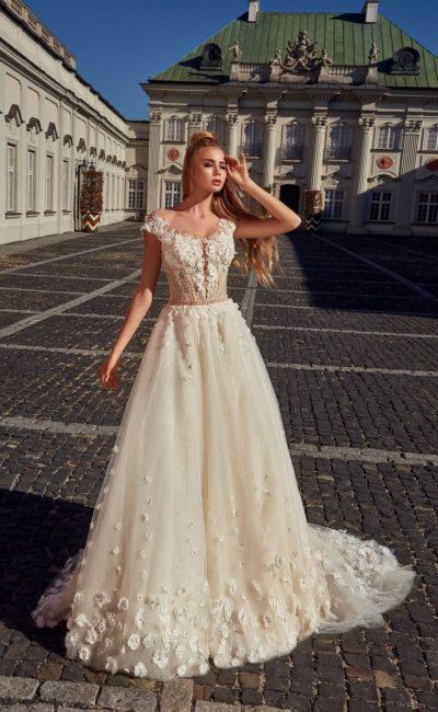 Свадебное платье цвета капучино с пышной юбкой