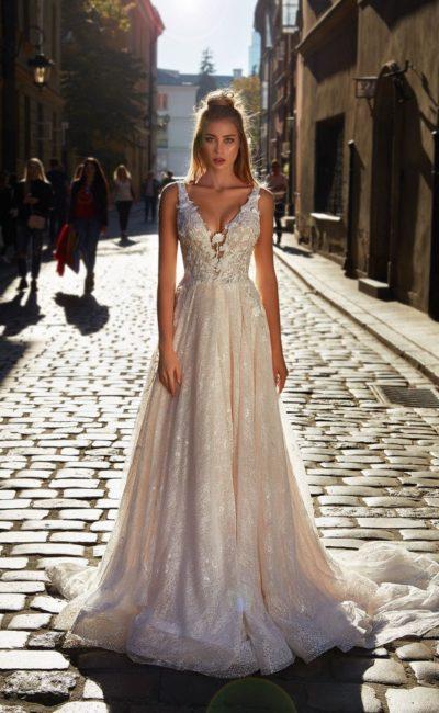 Пудровое свадебное платье из мерцающей ткани