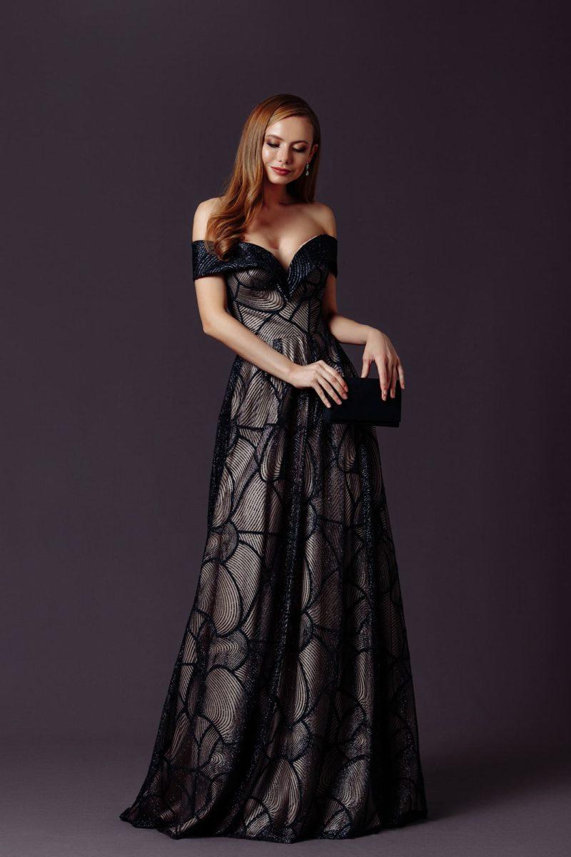 Длинное вечернее платье приталенного силуэта