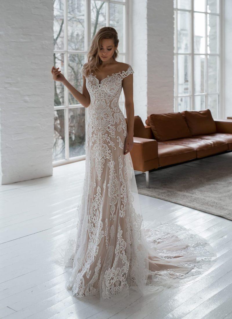свадебное прямое платье оттенка капучино