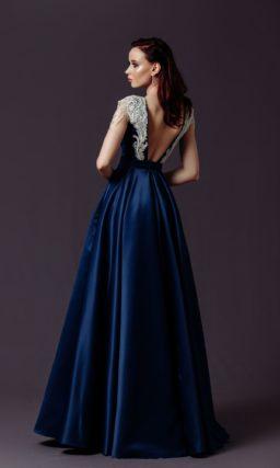 Длинное платье из синего атласа