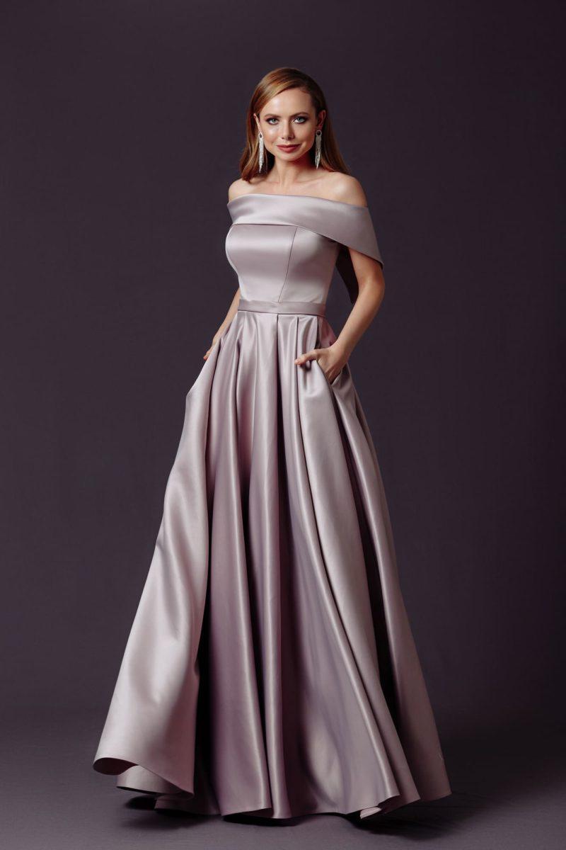 Длинное вечернее платье из серого атласа
