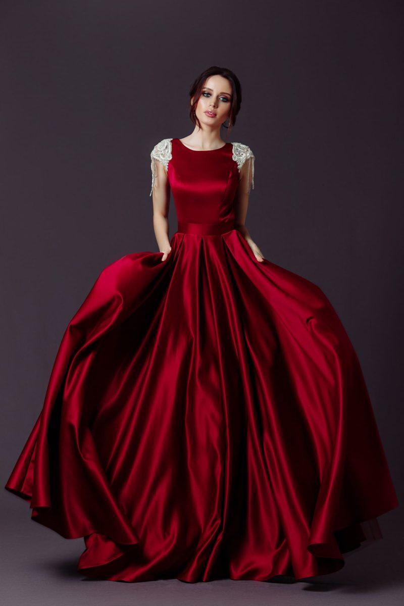 Изысканное вечернее платье в пол из атласа