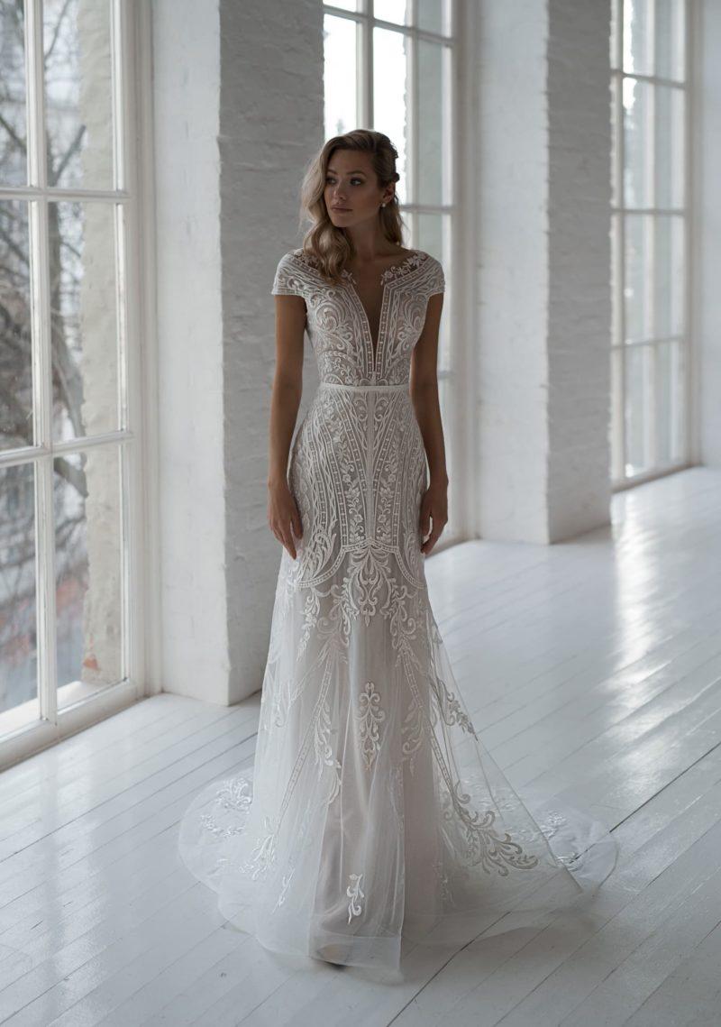 кружевное свадебное платье приталенного силуэта