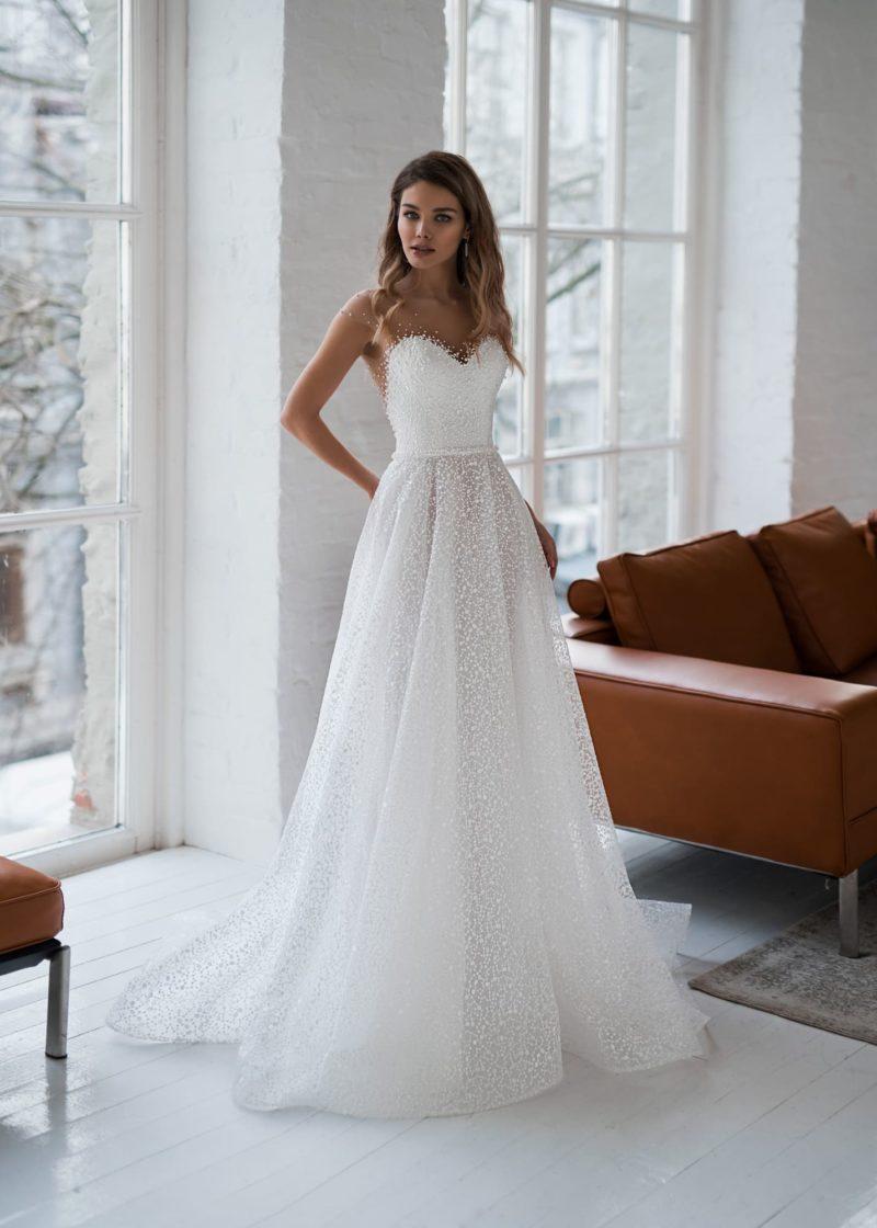 Белоснежное свадебное платье с расклешенной юбкой