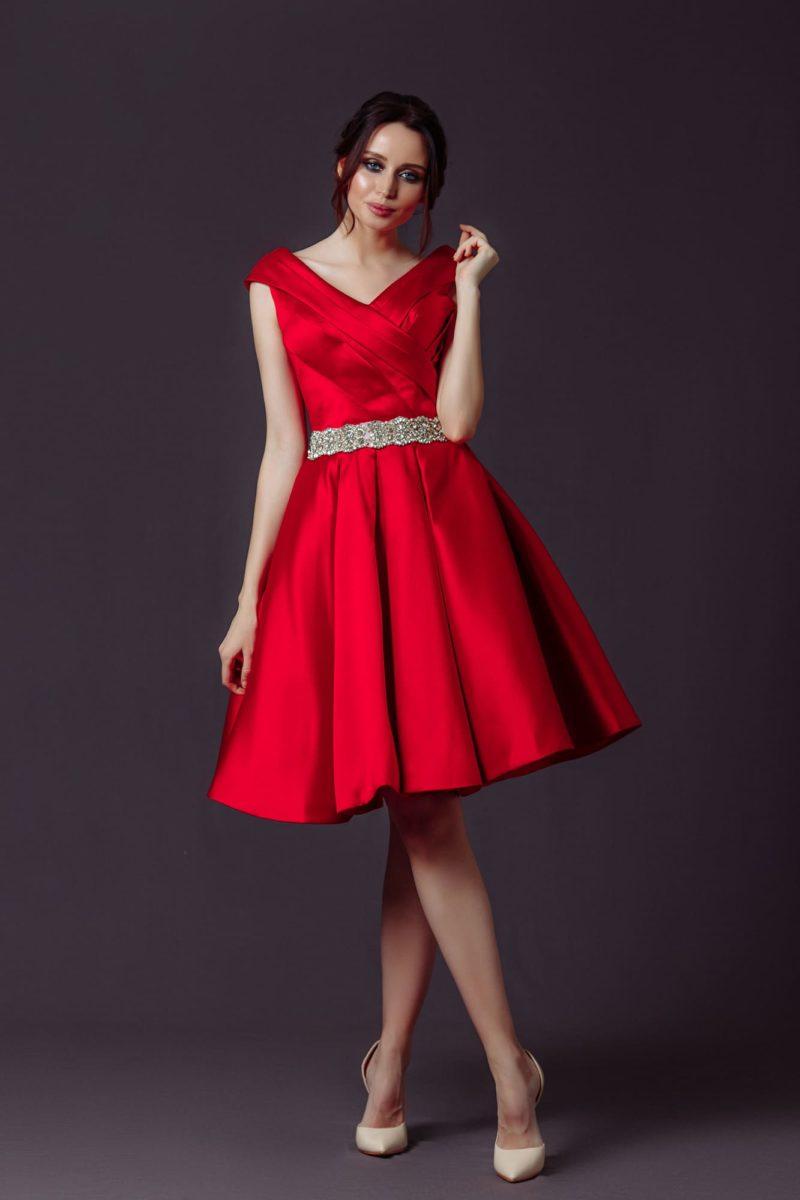 Коктейльное платье из ярко-красного атласа