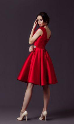 Коктейльное платье из красного атласа