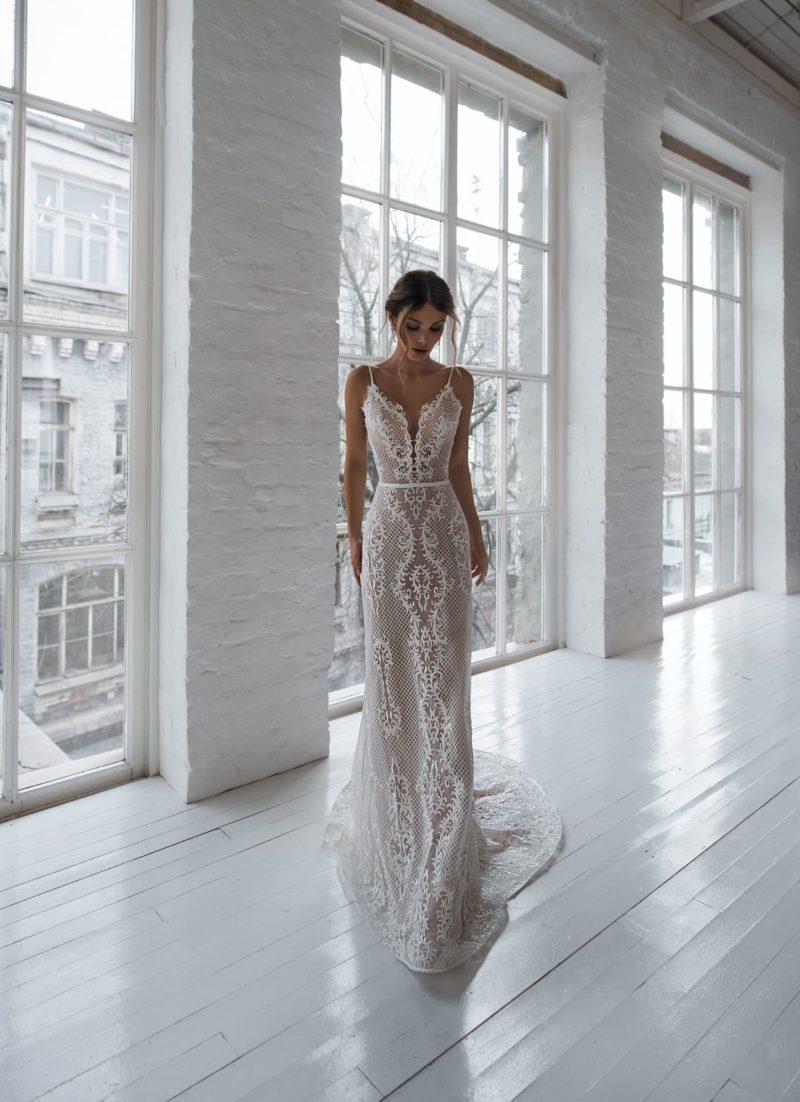 Ажурное свадебное платье прямого кроя в стиле nude