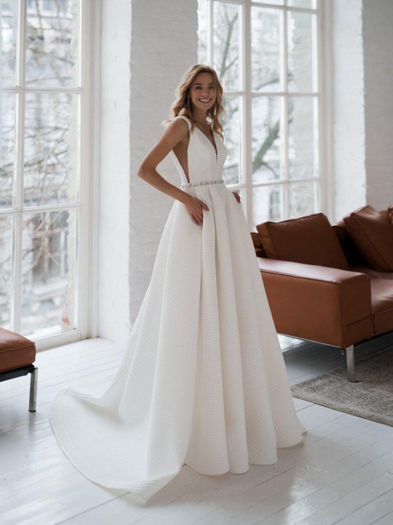 Минималистичное свадебное платье из фактурного крепа