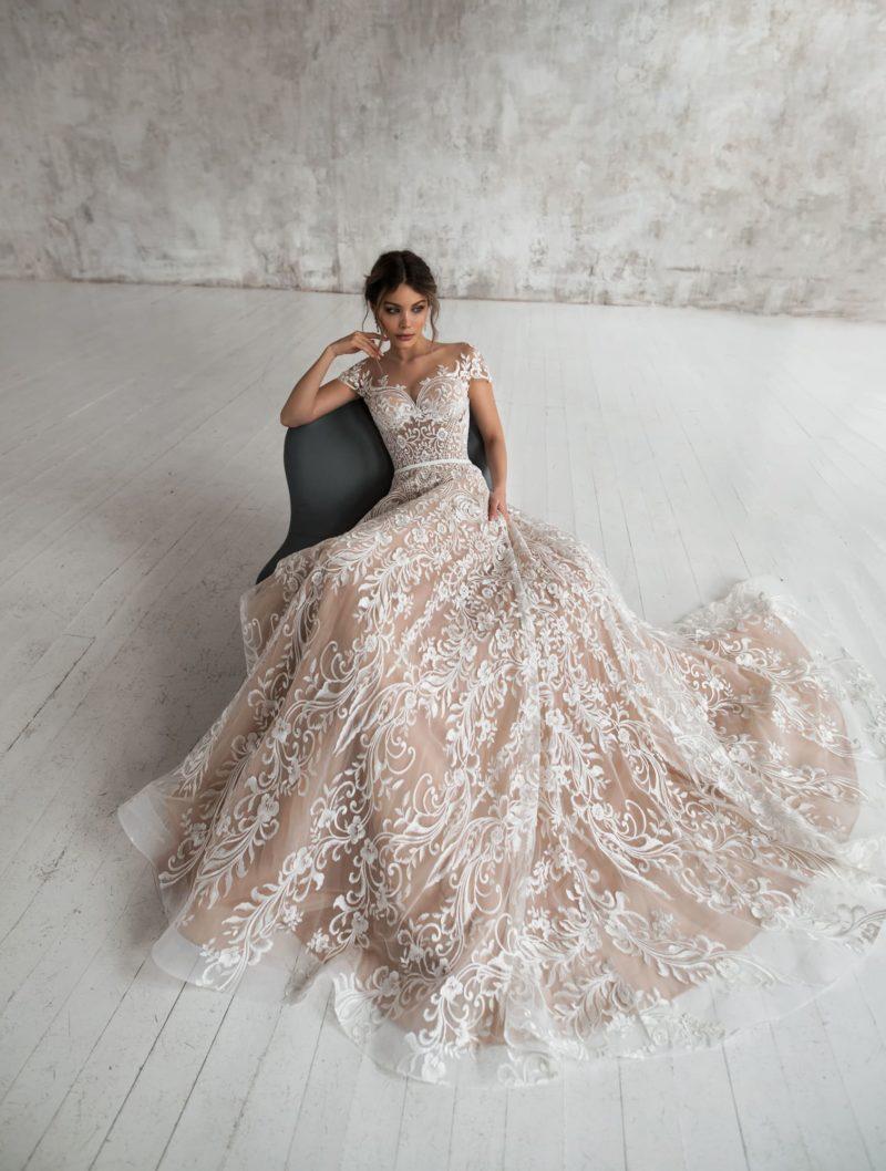 Эффектное свадебное платье из роскошного кружева