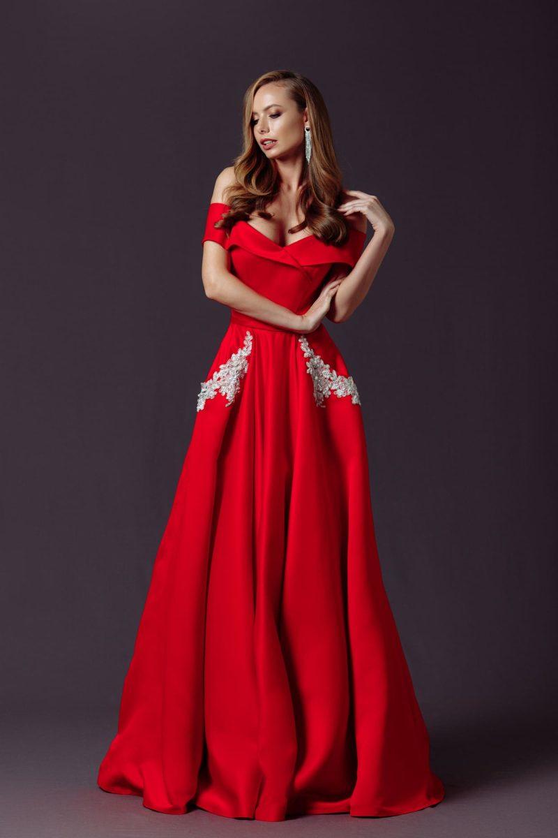 Длинное вечернее платье с приталенным силуэтом