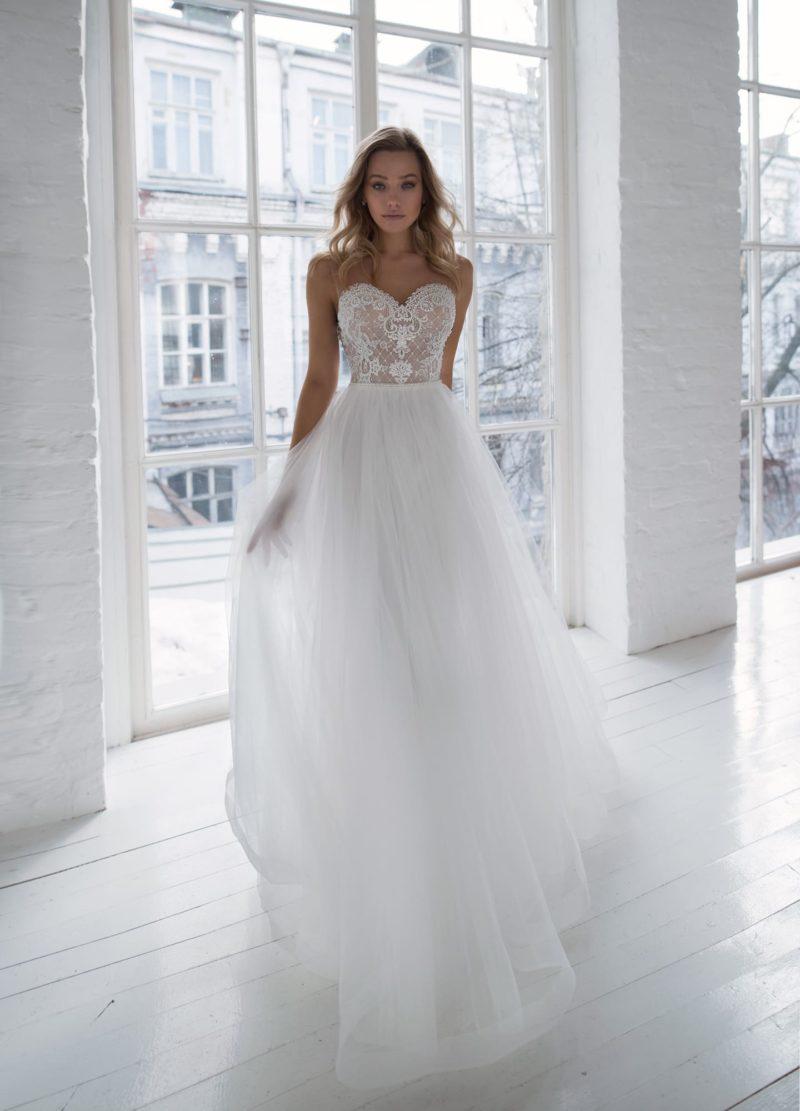 Пышное свадебное платье с броским корсетом