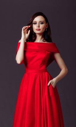 вечернее платье в пол из красного атласа