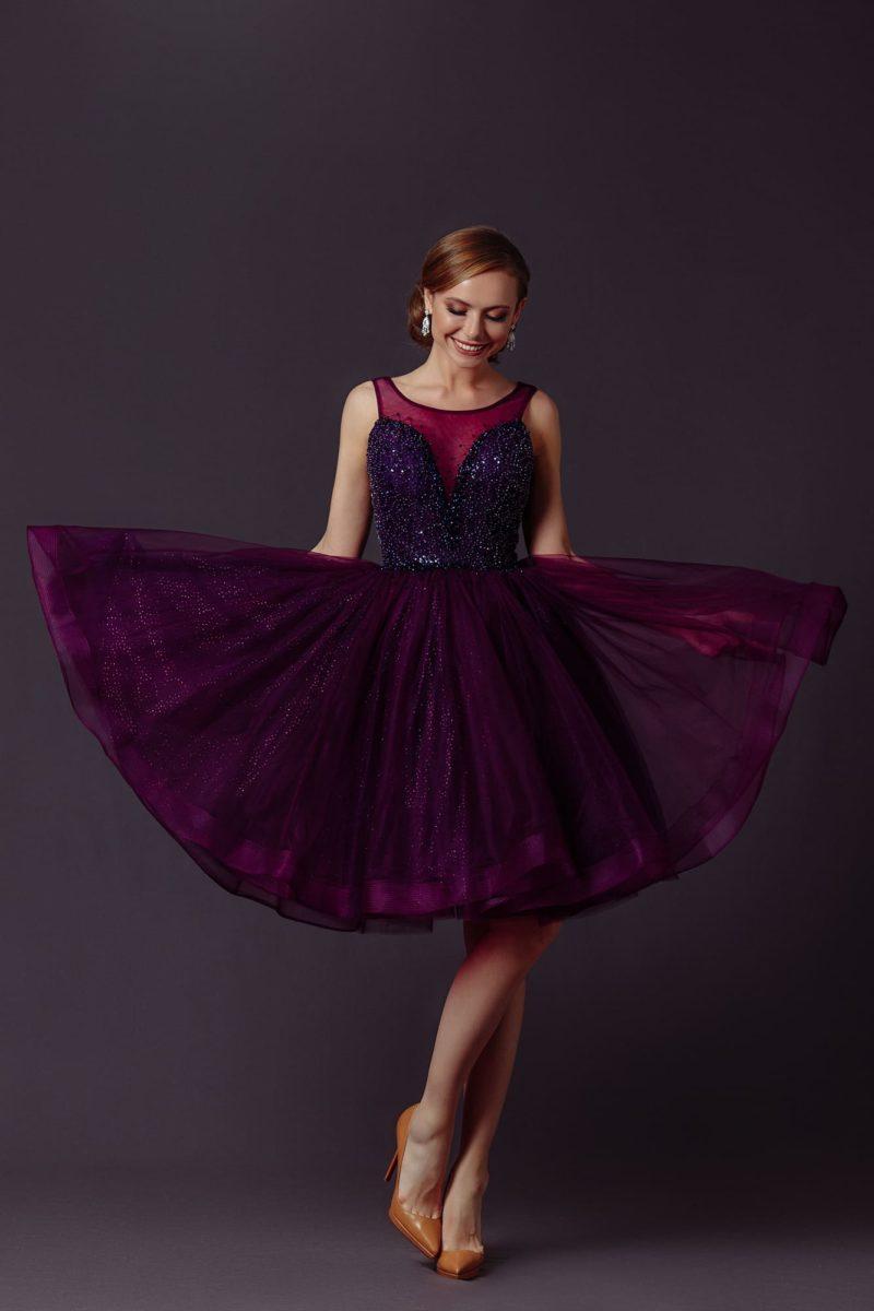 Яркое фиолетовое коктейльное платье «бэби-долл»