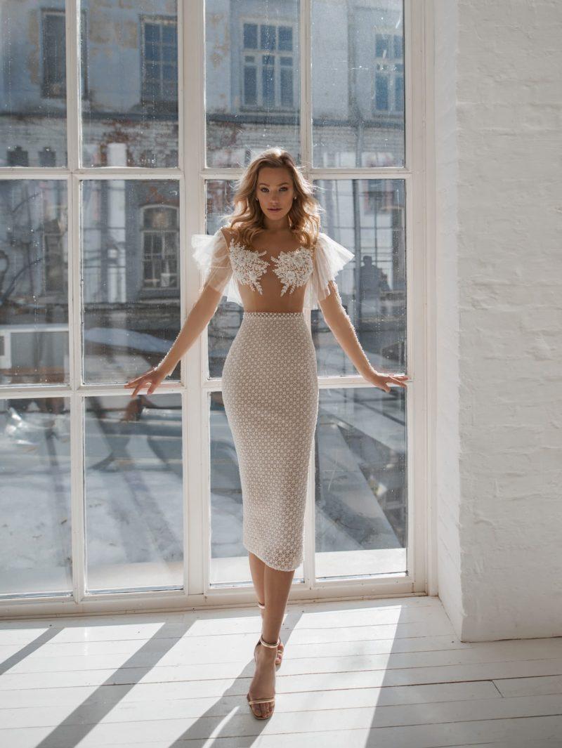 укороченное свадебное платье с облегающим силуэтом
