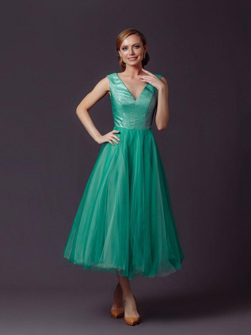 Пышное вечернее платье длины миди в ярко-зеленом оттенке