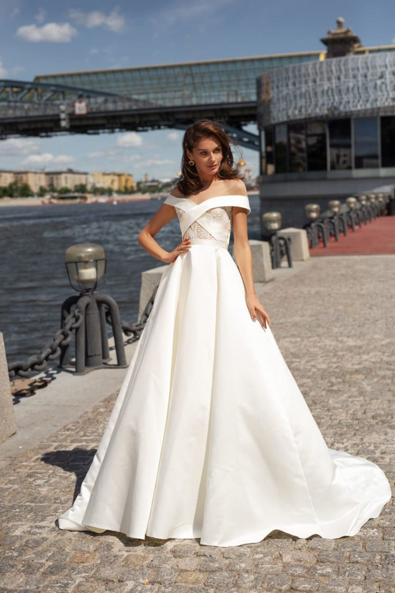 Пышное свадебное платье молочного оттенка